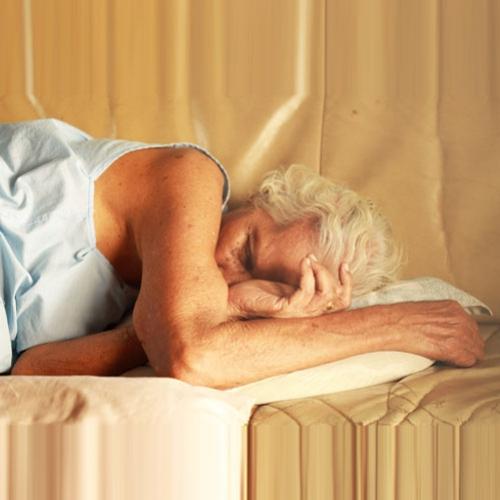 Dormir de bruços e de lado: posições que causam distorção facial e rugas ao longo do tempo